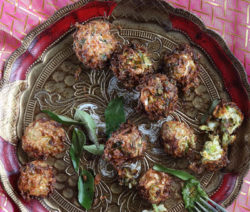 cabbage-pakora-with-mint-chutney_400x600